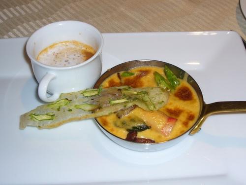 タラバ蟹とフランス産ジロール茸の軽いサバイヨングラタン アルマニャック風味