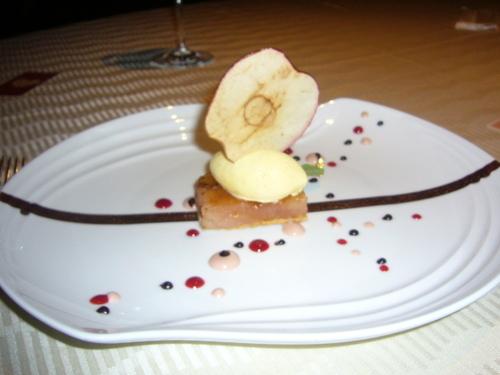 津軽産紅玉リンゴのカラメリゼ タヒチ産バニラのアイスクリーム ラベンダーソース