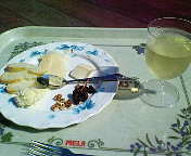 チーズ盛り合わせとワイン