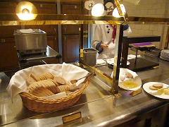 ラクレットのコーナーにライ麦パン