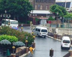 ドルチェ・ヴィスタ横に路駐しているワゴン車