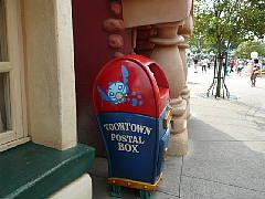 ギャグファクトリー/ファイブ・アンド・ダイム前のゴミ箱
