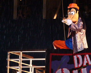 雨の降る中、ブラザー・グーフィー