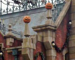 屋根の上にはカボチャ