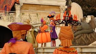 後ろの方のご迷惑となりますので、帽子やカチューシャなど大きな飾りの着いたものは…