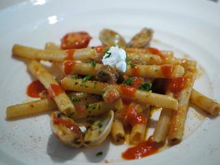 アサリとチョリソーのジーティ ロメスコ風味のローストトマトのブロス