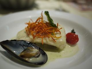 ヒラメのポワレ オリーヴオイルの香るポテトのエクラゼ バジル風味の貝のソース