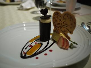 ジンジャー風味のシャンパーニュムース レッドベリーとマンゴーソース入り バニラアイスクリーム添え