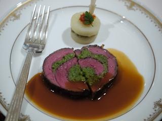 牛フィレ肉のローストとフォワグラとブール・コンポゼのルーラード マルサラソース