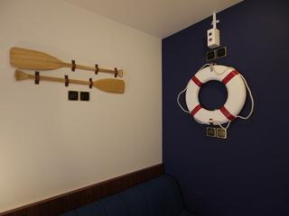 壁にはオールや浮き輪