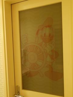 バスルームとお手洗いの扉も、ドナルド
