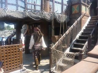 ガリオン船に入っていくジャック・スパロウ船長