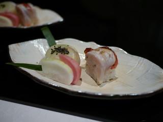 天然平目の昆布締めの手毬寿司 炙り金目鯛の棒寿司