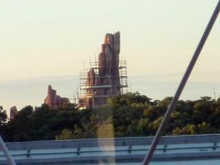 JR舞浜駅ホームから見えるビッグサンダーマウンテン