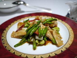 北寄貝とアオリイカと旬野菜の唐辛子醤油炒め