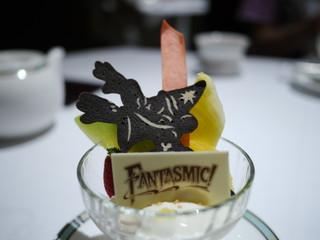 ジャスミンティームース マスカルポーネクリーム フレッシュフルーツ添え