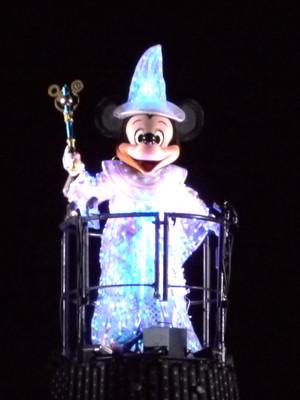 中央の帽子の上のミッキーマウス_