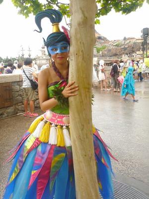 木の後ろのハワイ娘