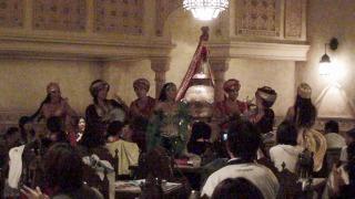 カスバフードコート内で出演者によるグリーティング