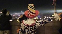 フォートレスから旗を振るダンサー