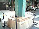 ロープで囲われた鉄柱