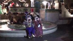 噴水に腰掛けるミッキーとミニー