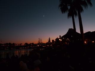 夕月と火山
